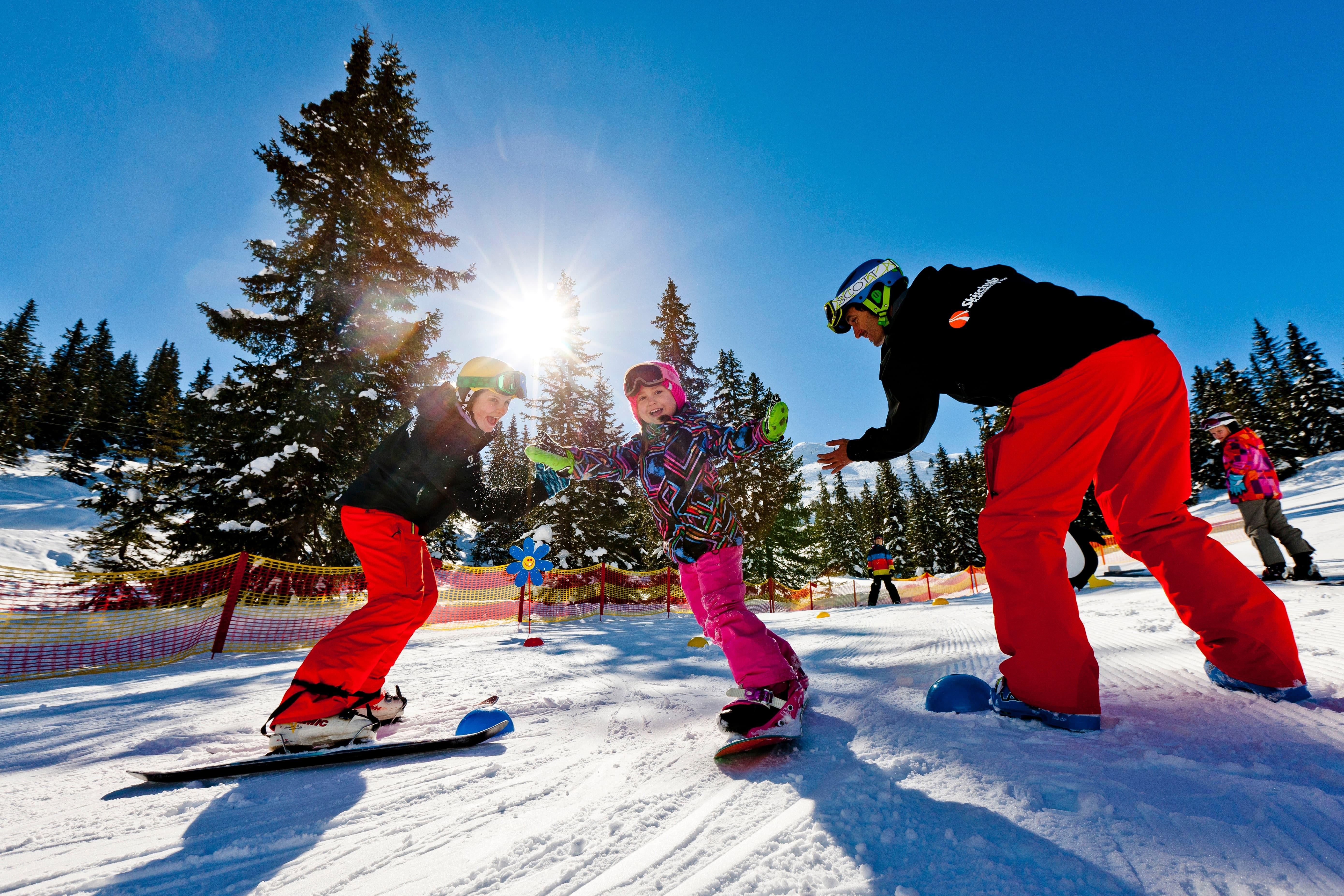 Skikurs mit Kindern im Knderland auf der Planneralm. JUFA Hotels bietet erholsamen Familienurlaub und einen unvergesslichen Winterurlaub.