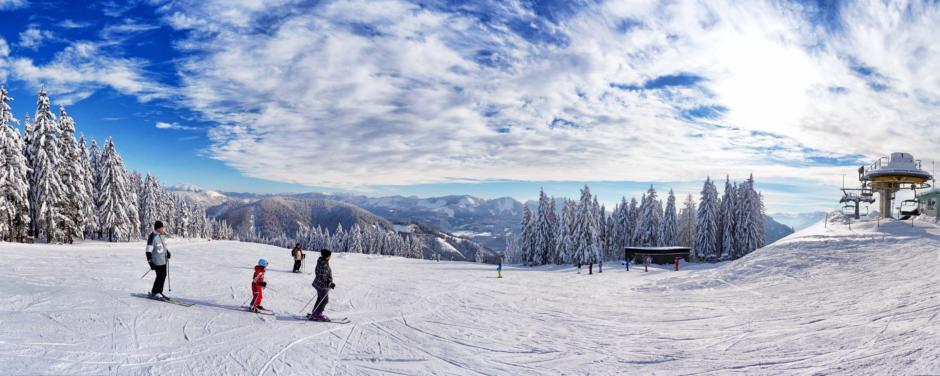 Skifahrer auf der Piste der Bürgeralpe beim JUFA Hotel Mariazell. Der Ort für erholsamen Familienurlaub und einen unvergesslichen Winterurlaub.