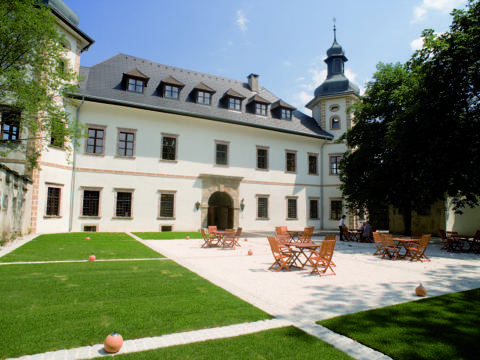 Sonnenterrasse im Innenhof im Sommer vom JUFA Hotel Schloss Röthelstein. Der Ort für märchenhafte Hochzeiten und erfolgreiche und kreative Seminare.