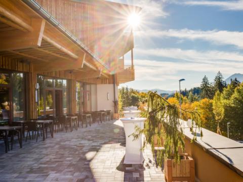 Gemütliche Sonnenterrasse im JUFA Hotel Annaberg - Bergerlebnis-Resort. Der Ort für erholsamen Familienurlaub und einen unvergesslichen Winter- und Wanderurlaub.