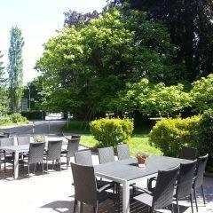 Sonnenterrasse mit Gartenblick im JUFA Hotel Bregenz am Bodensee. Der Ort für tollen Sommerurlaub an schönen Seen für die ganze Familie.