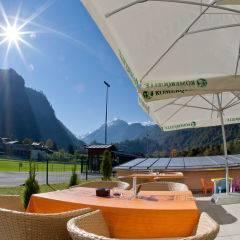 Gemütliche Sonnenterrasse im Sommer im JUFA Hotel Kaprun. Der Ort für erholsamen Familienurlaub und einen unvergesslichen Winter- und Wanderurlaub.