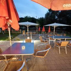 Gemütliche Sonnenterrasse bei Abendstimmung im JUFA Hotel Leibnitz - Sport-Resort. Der Ort für erfolgreiches Training in ungezwungener Atmosphäre für Vereine und Teams.