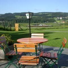 Gemütliche Sonnenterrasse im JUFA Hotel Maria Lankowitz. Der Ort für tollen Sommerurlaub an schönen Seen für die ganze Familie.