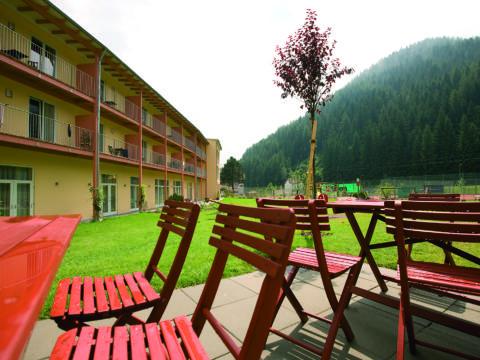 Sonnenterrasse im Sommer vom JUFA Hotel Veitsch. Der Ort für kinderfreundlichen und erlebnisreichen Urlaub für die ganze Familie.