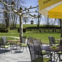Gemütliche Sonnenterrasse im Sommer im JUFA Hotel Wangen Sport-Resort. Der Ort für erfolgreiches Training in ungezwungener Atmosphäre für Vereine und Teams.