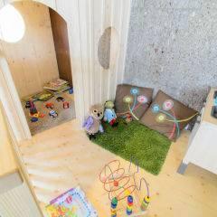 Spielbereich mit Spielhaus im JUFA Hotel Altenmarkt. Der Ort für erholsamen Familienurlaub und einen unvergesslichen Winterurlaub.
