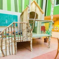 Spielbereich mit Spielhuette im JUFA Hotel Murau. Der Ort für erholsamen Familienurlaub und einen unvergesslichen Winter- und Wanderurlaub.