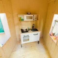 Innenansicht der Spielhütte mit Spielküche im Spielbereich im JUFA Hotel Murau. Der Ort für erholsamen Familienurlaub und einen unvergesslichen Winter- und Wanderurlaub.