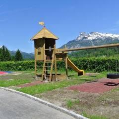 Spielplatz mit Schaileö  im Sommer am JUFA Hotel Bad Aussee. Der Ort für erholsamen Familienurlaub und einen unvergesslichen Winter- und Wanderurlaub.
