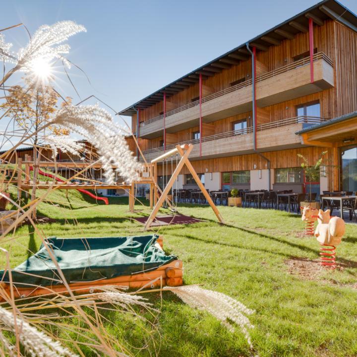 Aussenansicht vom JUFA Hotel Annaberg - Bergerlebnis-Resort mit Spielplatz und Sonnenterrasse. Der Ort für erholsamen Familienurlaub und einen unvergesslichen Winter- und Wanderurlaub.