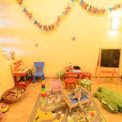 Spielzimmer mit Spielzeug im JUFA Hotel Altaussee. Der Ort für erholsamen Familienurlaub und einen unvergesslichen Winter- und Wanderurlaub.