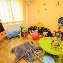 Spielzimmer mit Spielzeug im JUFA Hotel Bad Aussee. Der Ort für erholsamen Familienurlaub und einen unvergesslichen Winter- und Wanderurlaub.