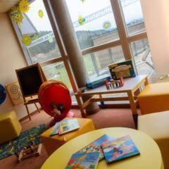 Spielzimmer mit Kreidetafel im JUFA Hotel Bleiburg - Sport-Resort. Der Ort für erholsamen Familienurlaub und einen unvergesslichen Winter- und Wanderurlaub.