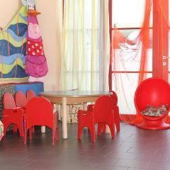 Spielzimmer mit Kindertisch im JUFA Hotel Bregenz am Bodensee. Der Ort für tollen Sommerurlaub an schönen Seen für die ganze Familie.