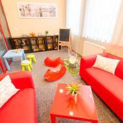 Spielzimmer mit Sitzgelegenheit im JUFA Hotel Bregenz am Bodensee. Der Ort für tollen Sommerurlaub an schönen Seen für die ganze Familie.