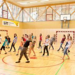 Teens tanzen in Sporthalle im JUFA Hotel Deutschlandsberg - Sport-Resort. Der Ort für erfolgreiches Training in ungezwungener Atmosphäre für Vereine und Teams.