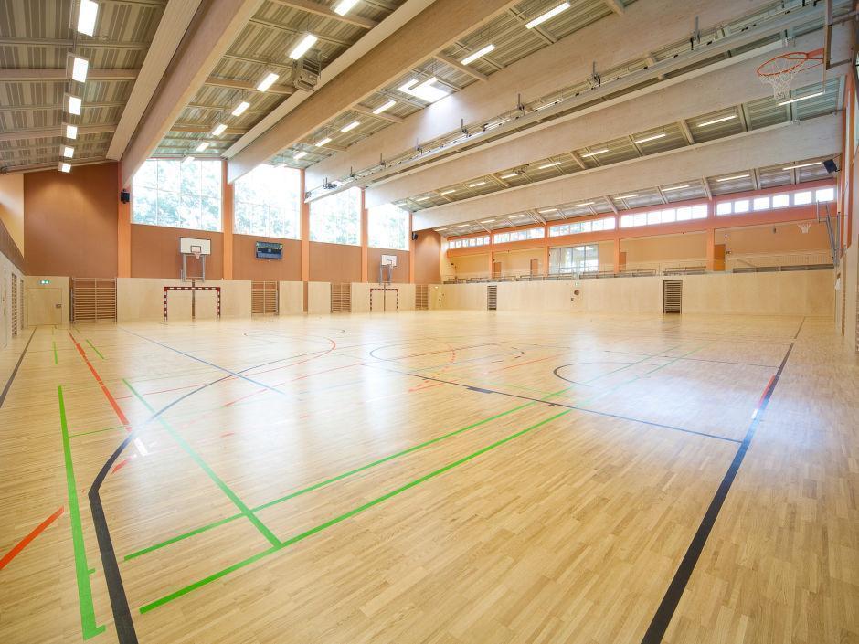 Sporthalle mit großen Fenstern im JUFA Hotel Fürstenfeld - Sport-Resort. Der Ort für erfolgreiches Training in ungezwungener Atmosphäre für Vereine und Teams.