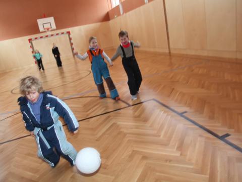 Kinder spielen in der Sporthalle vom JUFA Hotel Nockberge - Almerlebnis Fussball. Der Ort für erholsamen Familienurlaub und einen unvergesslichen Winter- und Wanderurlaub.