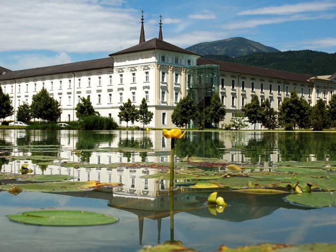 Stift Admont mit Teich und Teichrosen in der Region Nationalpark Gesäuse. JUFA Hotels bietet erholsamen Familienurlaub und einen unvergesslichen Winter- und Wanderurlaub.