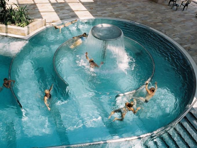 Strömungskanal im Cambomare in Kempten. JUFA Hotels bietet kinderfreundlichen und erlebnisreichen Urlaub für die ganze Familie.