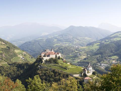 Imposantes Kloster Säben auf dem sogenannten Heiligen Berg über der Stadt Klausen in Südtirol.