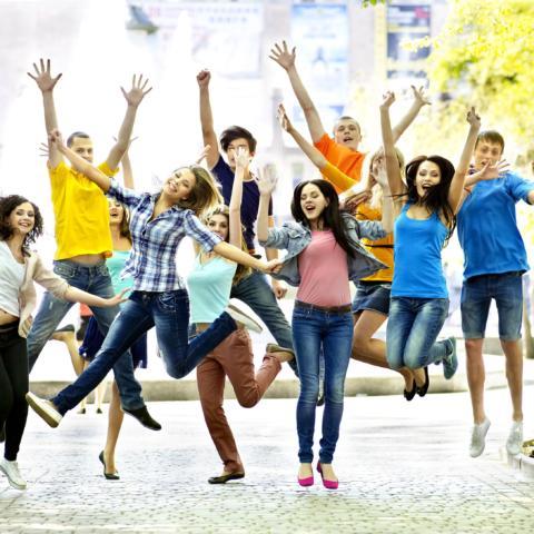 Gruppenbild von Schülern die in die Luft springen auf Schulprojektwoche. JUFA Hotels bietet erlebnisreiche und kreative Schulprojektwochen in abwechslungsreichen Regionen.