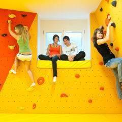 Teens bouldern im Boulderbereich im JUFA Hotel Waldviertel im JUFA Hotel Waldviertel. Der Ort für erholsamen Familienurlaub und einen unvergesslichen Winter- und Wanderurlaub.