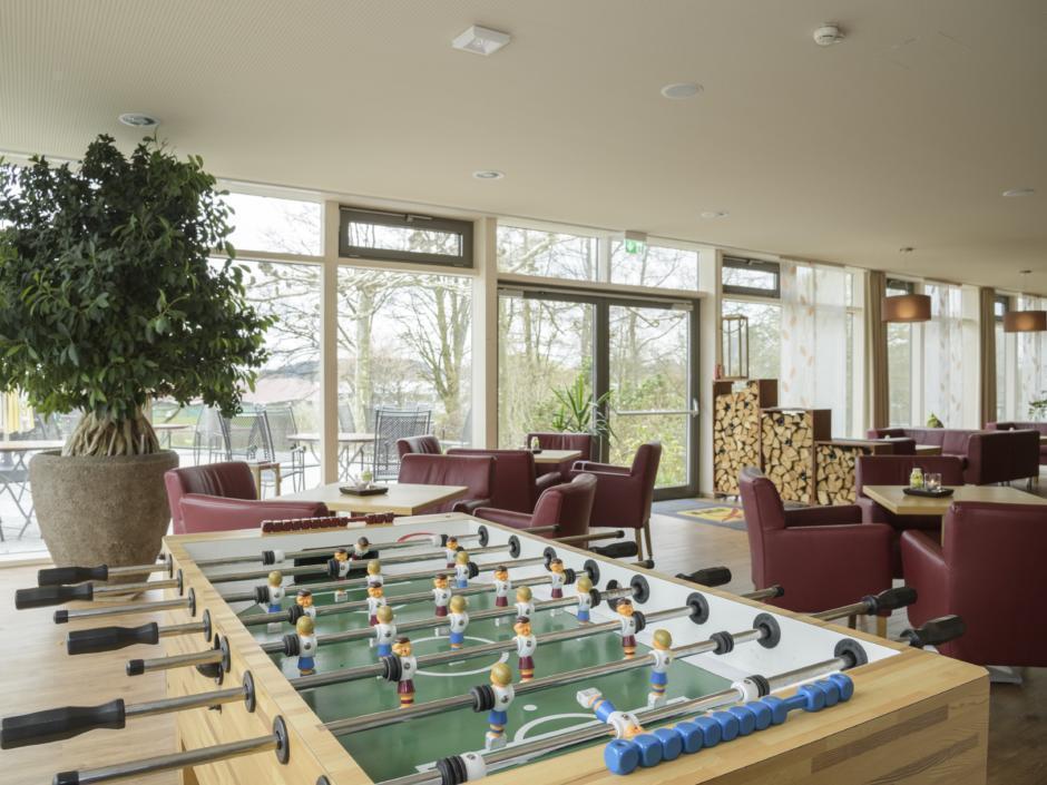 Tischfussball in der Lobby im JUFA Hotel Wangen Sport-Resort. Der Ort für erfolgreiches Training in ungezwungener Atmosphäre für Vereine und Teams.