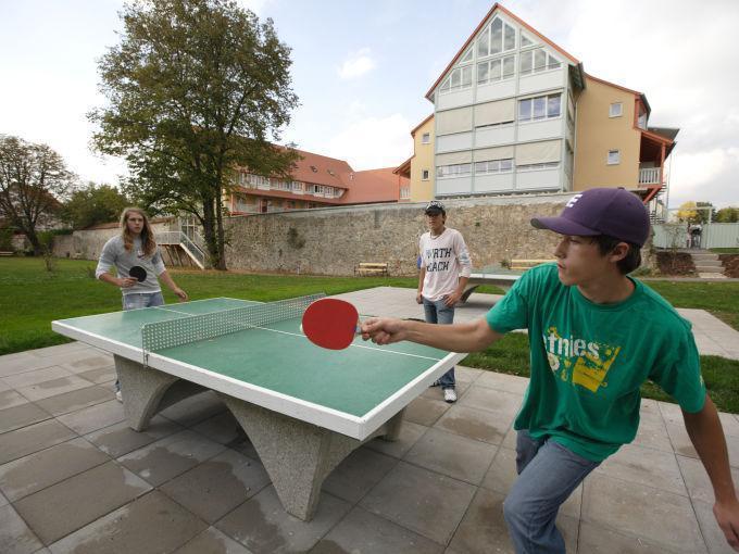 Teens spielen Tischtennis beim JUFA Hotel Nördlingen. Der Ort für kinderfreundlichen und erlebnisreichen Urlaub für die ganze Familie.