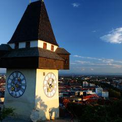 Uhrturm in Graz bei Sonnenschein im Winter. JUFA Hotels bietet erlebnisreichen Städtetrip für die ganze Familie und den idealen Platz für Ihr Seminar.