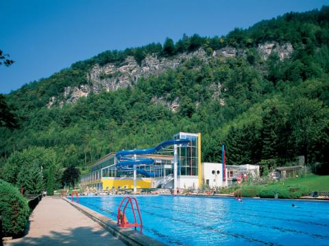 Außenbecken des Alpen-Erlebnisbades Val Blu in Bludenz in der Nähe des JUFA Hotel Montafon. JUFA Hotels bieten erholsamen Familienurlaub und einen unvergesslichen Winter- und Wanderurlaub.