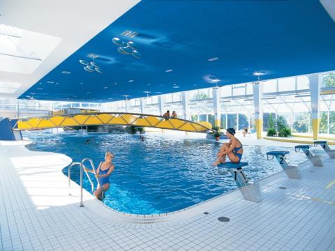 Innenbereich des Alpen-Erlebnisbades Val Blu in Bludenz in der Nähe des JUFA Hotel Montafon. JUFA Hotels bieten erholsamen Familienurlaub und einen unvergesslichen Winterurlaub.