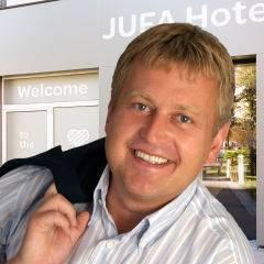 Auf diesen Bild sehen sie den Vorstand Gerhard Wendl von den JUFA Hotels. JUFA Hotels. JUFA Hotels bietet kinderfreundlichen und erlebnisreichen Urlaub für die ganze Familie.