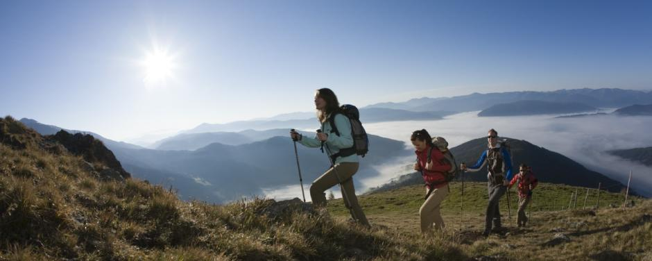 Wanderer im Lungau mit Panoramablick im Sommer. JUFA Hotels bietet Ihnen den Ort für erlebnisreichen Natururlaub für die ganze Familie.