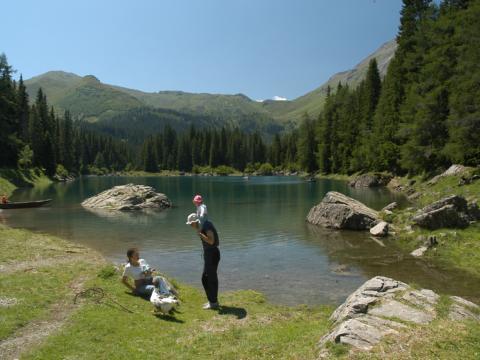Familie macht Wanderpause am Obernberger See im Wipptal. JUFA Hotels bieten erholsamen Familienurlaub und einen unvergesslichen Winter- und Wanderurlaub.