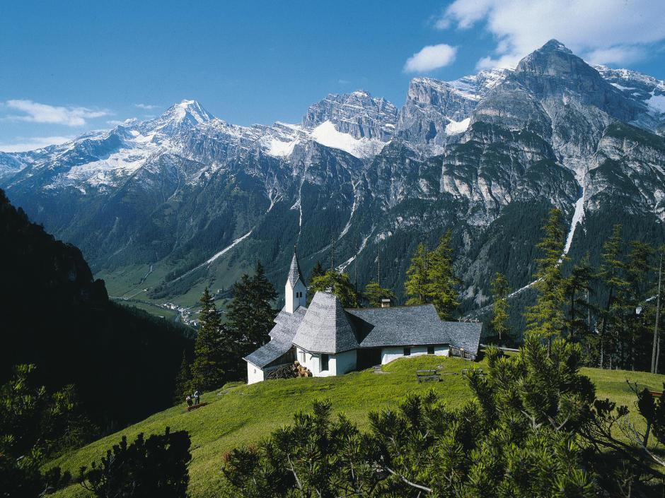 Wanderung zu Sankt Magdalena im Gschnitztal in Tirol. JUFA Hotels bieten erholsamen Familienurlaub und einen unvergesslichen Winter- und Wanderurlaub.