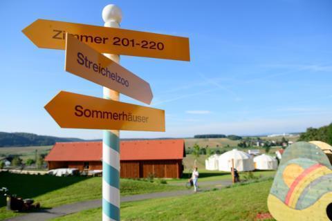 Wegweiser beim JUFA Hotel Neutal - Landerlebnis im Sommer im Gruenen. Der Ort für erlebnisreichen Natururlaub für die ganze Familie.