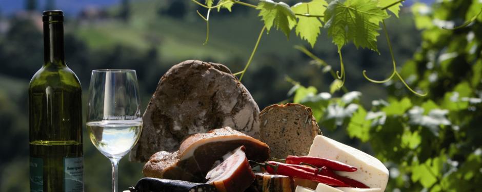 Wein mit Brettljause und Weinlaub im steirischen Weinland. JUFA Hotels bietet erholsamen Familienurlaub und einen unvergesslichen Winter- und Wanderurlaub.
