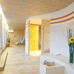 Wellnessbereich mit Blick auf Duschen im JUFA Hotel Leibnitz - Sport-Resort. Der Ort für erfolgreiches Training in ungezwungener Atmosphäre für Vereine und Teams.