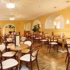 Wiener Café zum Entspannen im JUFA Hotel Wien City. Der Ort für erlebnisreichen Städtetrip für die ganze Familie und der ideale Platz für Ihr Seminar.