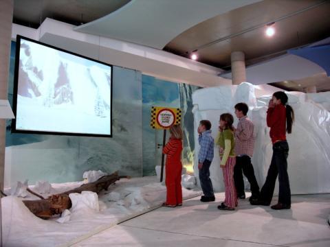 Kinder im Lawinenraum im Winter Sport Museum in Mürzzuschlag