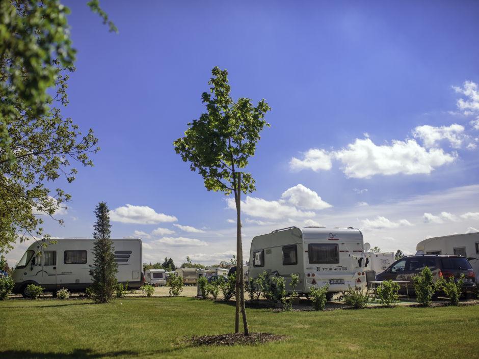 Wohnwagen beim JUFA Vulkan Thermen-Camping. Der Ort für erholsamen Thermen- und entspannten Wellnessurlaub für die ganze Familie.