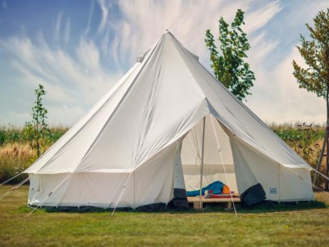 Zelt vom JUFA Vulkan Thermen-Camping. Der Ort für erholsamen Thermen- und entspannten Wellnessurlaub für die ganze Familie.