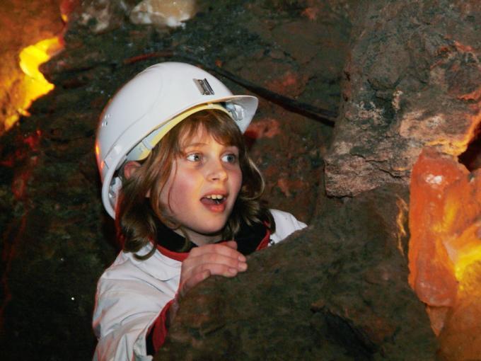 Kind erkundet die Salzwelten Altaussee im Salzkammergut in der Nähe von JUFA Hotels. Der Ort für erholsamen Familienurlaub und einen unvergesslichen Winter- und Wanderurlaub.