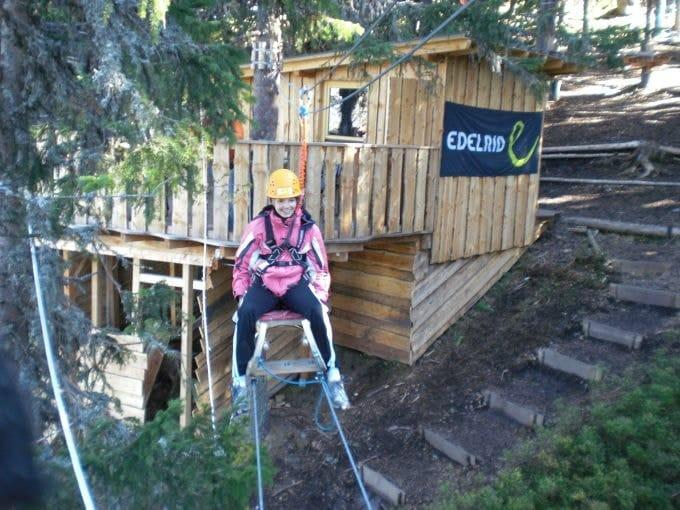 Sie sehen den Abenteuerpark Planai mit einem Hochseilgarten.JUFA Hotels bietet kinderfreundlichen und erlebnisreichen Urlaub für die ganze Familie.