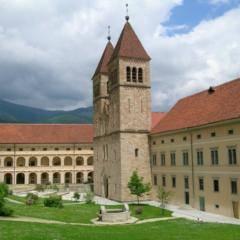 Abtei Seckau mit Garten im Murtal in der Steiermark im Sommer in der Nähe von JUFA Hotels. Der Ort für erholsamen Familienurlaub und einen unvergesslichen Winter- und Wanderurlaub.