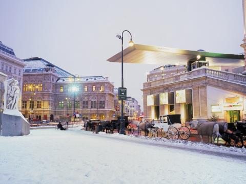 Aussenansicht der Albertina in Wien im Winter mit Fiakern vorm Eingang. JUFA Hotels bietet erlebnisreichen Städtetrip für die ganze Familie und den idealen Platz für Ihr Seminar.