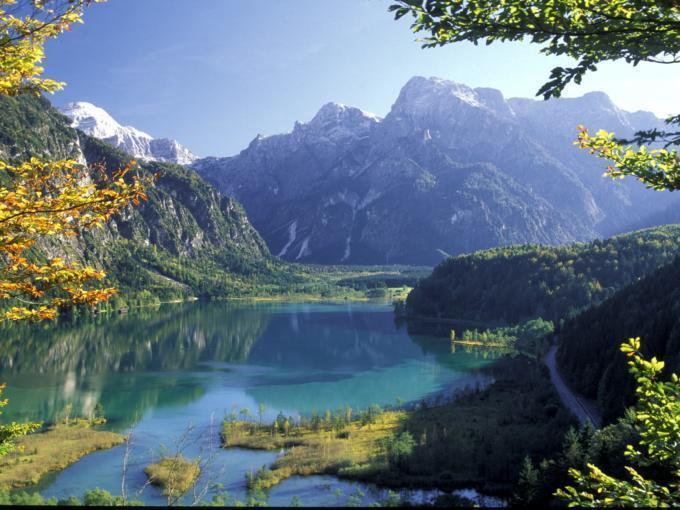Almsee umgeben von Bergen im Salzkammergut in Oberösterreich in der Nähe von JUFA Hotels. Der Ort für erholsamen Familienurlaub und einen unvergesslichen Winter- und Wanderurlaub.