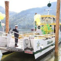 Altausseer Schifffahrt im Salzkammergut im Sommer mit Kapitän auf dem Schiff in der Nähe von JUFA Hotels. Der Ort für erholsamen Familienurlaub und einen unvergesslichen Winter- und Wanderurlaub.